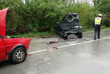Три коли се удариха, жена влетя в къща с автомобила си