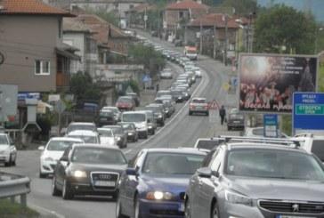 АДЪТ НА Е-79 В СНИМКИ! Автомобилите край Симитли буквално спряха, колоната край Благоевград пълзи