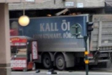 ПОДРОБНОСТИ ЗА УЖАСА В СТОКХОЛМ! 3-ма загинали, хора бягат панически по улиците