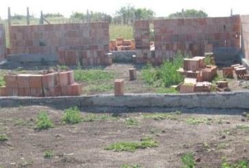 В селце с 27 жители, без вода и канализация англичанин вдига курортен комплекс