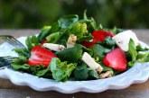 Свежа пролетна салата със спанак и ягоди
