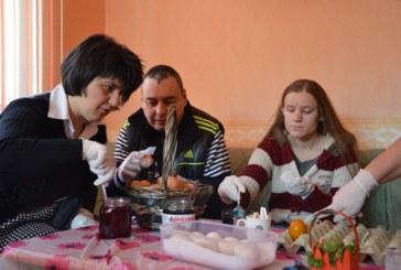 """Дневен център за деца и възрастни хора с увреждания """"Зорница"""" в Благоевград боядисваха яйца на Велики четвъртък"""