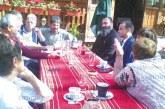 """На чаша кафе с местни жители кметът на Сандански К. Котев обсъди възможността за въвеждане на """"синя зона"""" в Мелник и еднопосочни улици"""