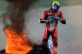 КОШМАР НА ПИСТАТА! Моторист се запали по време на квалификация! Едва се спаси от пламъците (ВИДЕО)