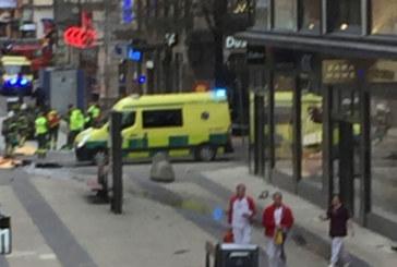 От последните минути: Затвориха метрото в Стокхолм. Шофьорът на камиона е избягал?