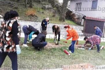 Кметът Р. Ревански оглави акцията за почистването на Белица и превръщането й в цветна градина