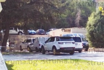 """""""Паркинги и гаражи"""" се активизираха, закопчаха със скоби скандално паркираните пред Младежкия дом МПС-та"""