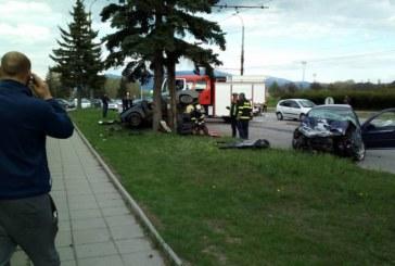 ОТ ПОСЛЕДНИТЕ МИНУТИ! Мъж загина на място в автокасапница, пожарникари режат ламарините, за да извадят трупа