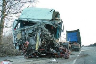 Кръв оплиска отново Е-79! 35-г. шофьор на бус издъхна след сблъсък с ТИР