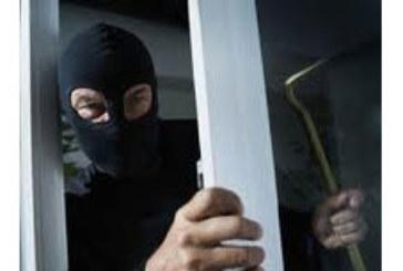 Откраднаха 2850 лв. от служебна кола в Кюстендил, взломиха къща и задигнаха накити и пари