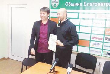 """Фенове експерти върнаха наставника на ОФК """"Пирин"""" М. Радуканов в началното училище"""