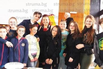 Музиканти просълзиха шефа на културата в Дупница Т. Камбурова, подариха й филм за рождения ден