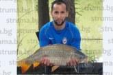 """Халф на """"Литекс"""" от Санданско """"изби рибата"""", за минути извади два шарана от 7.6 кг и 5 кг"""