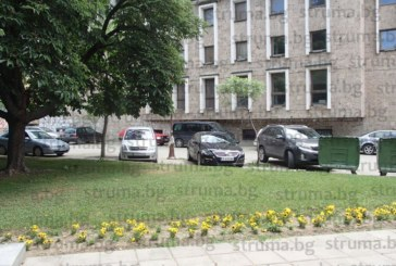 """Центърът на Благоевград окупиран от паркирани в нарушение автомобили, пешеходците """"маневрират"""" с риск за живота"""
