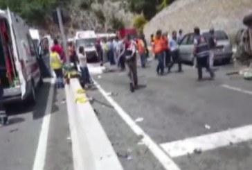 КЪРВАВА КАСАПНИЦА! Автобус се вряза в ТИР, има смърт и много ранени