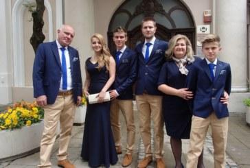 На парти с еднакви тоалети семейството на хлебния бос П. Иванов изпрати средния син абитуриент