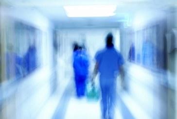 Майка на бебе наби медицинска сестра в болница