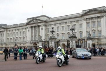 Пред Бъкингамския дворец почерня, всички се питат какво се случва зад стените на резиденцията