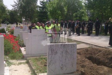 Стотици полицаи и близки паднаха на колене, за да почетат паметта на Делян Палазов (СНИМКИ)