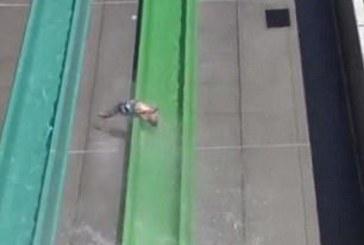 КОШМАР! 10-г. момче изхвърча от водна пързалка (ВИДЕО)