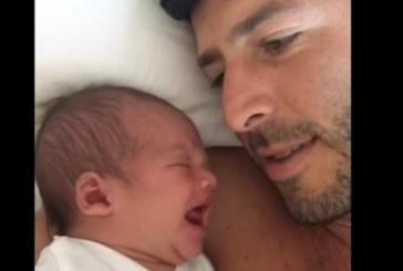 ХИТ В МРЕЖАТА! Вижте какво направи млад баща с плачещото си бебе!