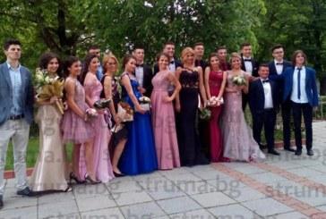 """Абитуриентите на ПМГ """"Акад. С. П. Корольов"""" закриха балната фиеста в Благоевград"""