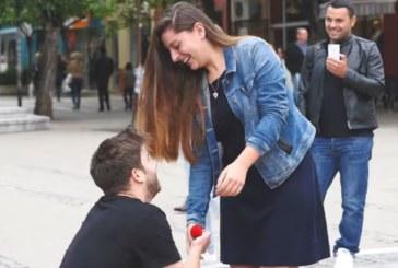 РОМАНТИЧЕН ГОДЕЖ СЛЕД ОНЛАЙН ЗАПОЗНАНСТВО! ЮЗУ абсолвент танцува и се би за любимата си на площада в Благоевград, преди да й предложи