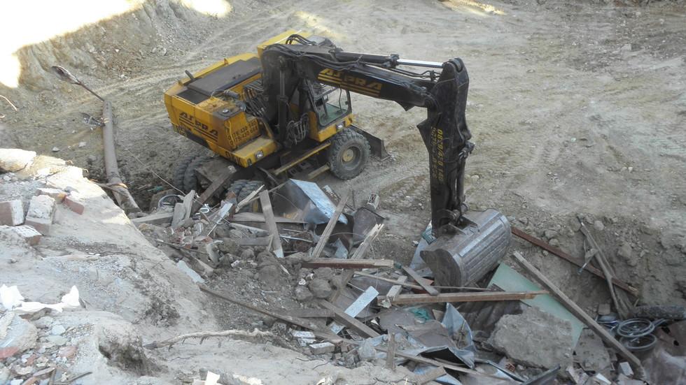 Багерист с премазани крака от срутването на бетонна плоча