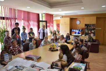 """Ученици от """"Лидерски клуб"""" към  III-то ОУ – Благоевград напосещение в Общински съвет"""