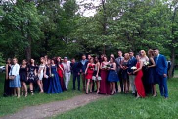 Еуфория от 1 до 12! В стилни рокли и костюми абитуриентите на Езиковата и ПГТЛП минаха по червения килим в Благоевград