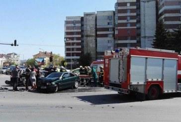 Извънредно! Тежка катастрофа в центъра на Варна! Три пожарни и линейка на мястото! Вадят жена от кола (СНИМКИ)