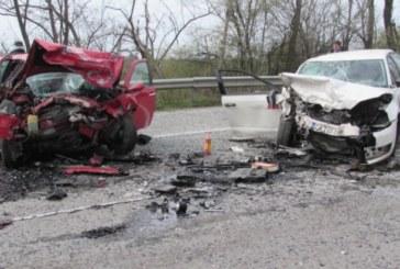 Голяма трагедия на пътя след челен сблъсък на две коли! Трима загинаха в мелето