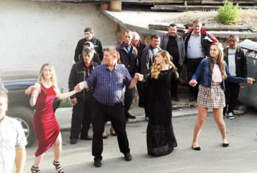 С 400 гости и хоро на площада учителска щерка сложи край на балната фиеста в Крибул