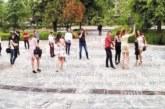 Първите абитуриенти огласиха центъра на Благоевград, класната им В. Ставрева: Добри деца са, не пият, само двама пушат, отличници са и патриоти