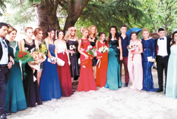 Благоевградска абитуриентка направи прическата и грима за бала и измисли модела на роклята си