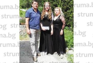 Бизнесмени от Рила със стилно парти изпратиха дъщеря си на бала, баба й се отчете с подарък 5000 лв.