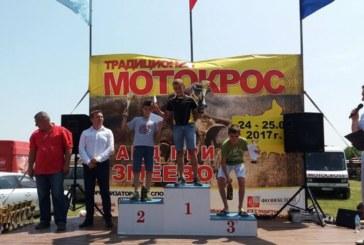 """Надеждата на мотоклуб """"Калабак"""" Д. Грозданов пак гръмна шампионското шампанско"""