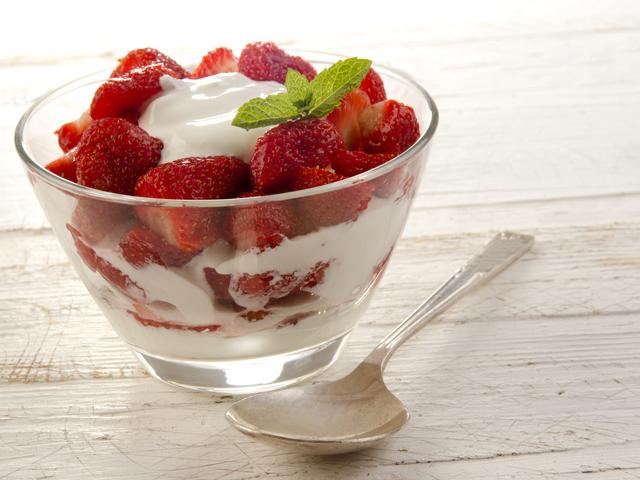Крем с ягоди и цедено мляко