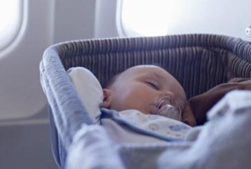 Бебе, родено по време на полет, ще пътува безплатно до края на живота си