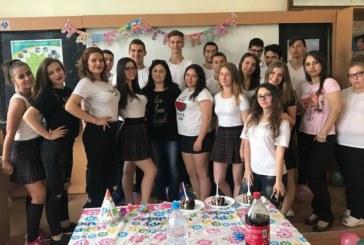 Със 150 балона и торта със снимка на класа гимназисти от НХГ изненадаха класната си за рожденния й ден