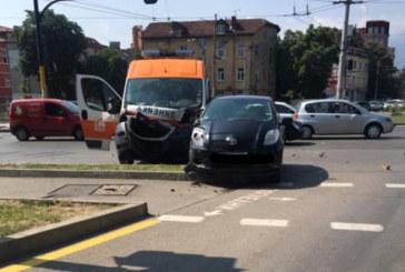 Линейка и кола се удариха