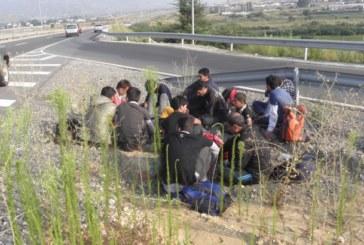 Задържаха 13 бежанци в ТИР край Сандански