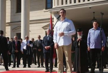 Лесбийка пое сръбското правителство