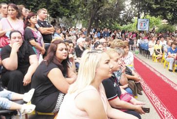 """Деца, родители и учители от няколко поколения се събраха за 45-г. юбилей на ДГ """"Първи юни"""" в Сандански"""