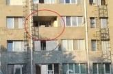 Баща се заключи в апартамент с детето си и крещи: Как да го дам на майка му, тя не се грижи за него