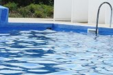 Турист поиска безплатна почивка, край басейна му било … мокро