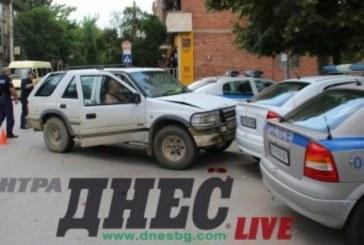 Бързи и яростни! Джип влетя в патрулки пред полицията във Велико Търново (Снимки)
