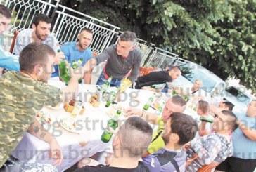 """Футболистите от Коларово пиха от купата и купонясваха до зори за първото място в зона """"Струма 2"""""""