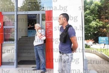 """Служител на """"Паркинги и гаражи"""" в екшън на площада в Благоевград"""