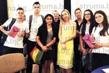 Млада писателка, дъщеря на ЮЗУ преподаватели, представи дебютния си роман пред ученици в НХГ